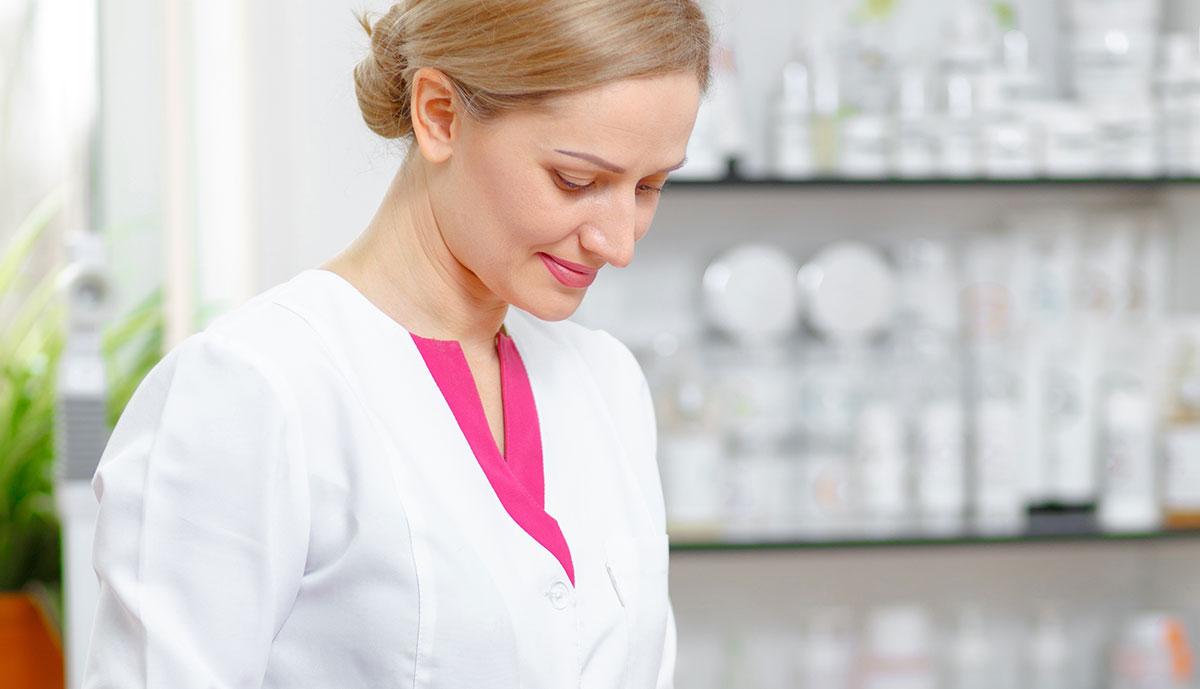 רופאה אלטרנטיבית מחייכת, טיפול טבעי בגאוט